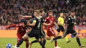 James Rodriguez del Bayern Munich en acción contra Matthijs de Ligt