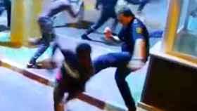 Momento en el que el policía patea al inmigrante para evitar su paso a Ceuta E.E.