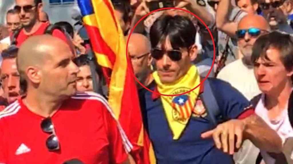 Xisco López (derecha) agrede al agente de la Guardia Civil, de camiseta roja (izquierda).