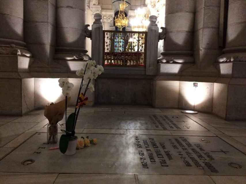 La nueva tumba de Franco en la cripta de La Almudena está junto al altar.