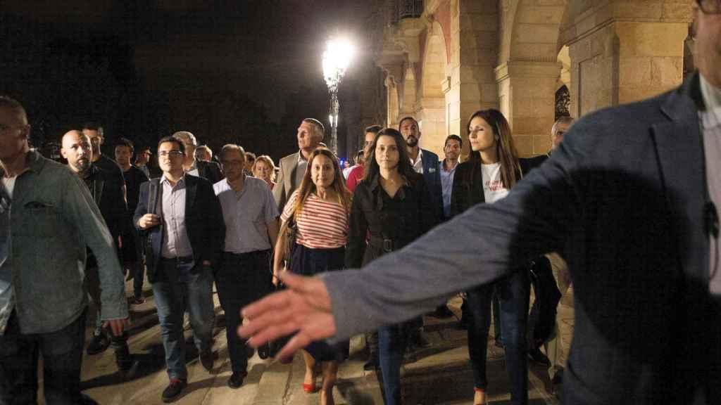Arrimadas y su equipo salen escoltados del Parlament
