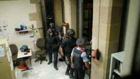 Los Mossos montan guardia para evitar que los manifestantes entren al Parlament.