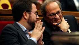 Quim Torra  y Pere Aragonés, durante el pleno del Parlament.