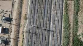 Una vía de tren, en una vista aérea desde un dron.