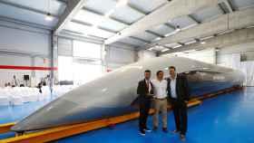 Rafael Contreras, CEO de Airtificial (en el centro) en la presentación de la cápsula de Hyperloop realizada por Airtificial.