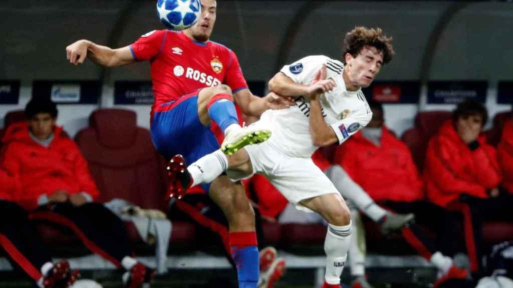 Álvaro Odriozola pelea por un balón