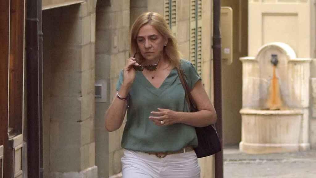Cristina de Borbón, en soledad por las calles de Ginebra.