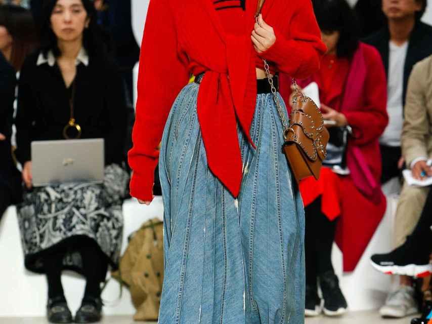 Una modelo en el desfile de Miu Miu.