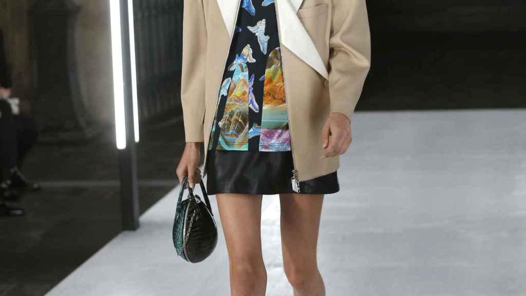 Un bolso de Louis Vuitton.