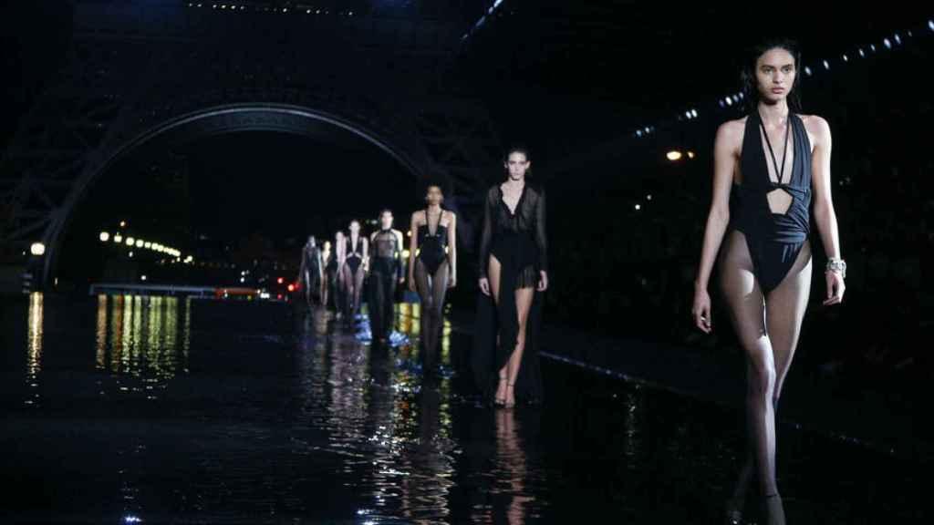 Modelos en el desfile de Yves Saint Laurent.