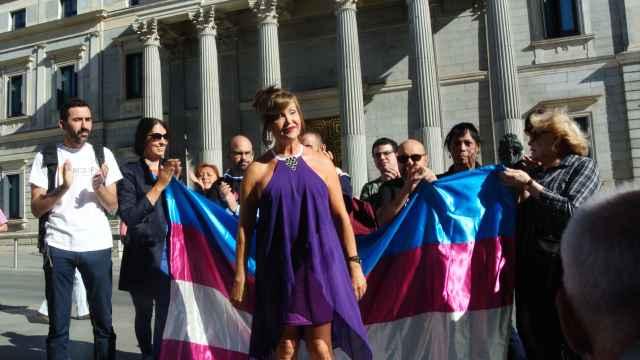 Miembros del Colectivo Trans se manifiestan a las puertas del Congreso.