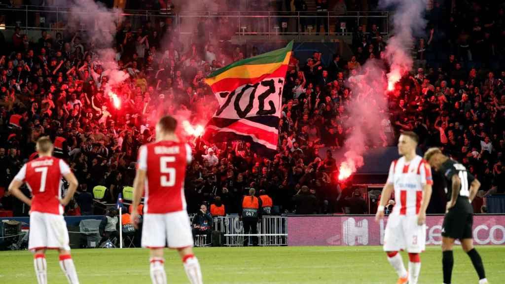Aficionados con bengalas en las gradas del PSG - Estrella Roja