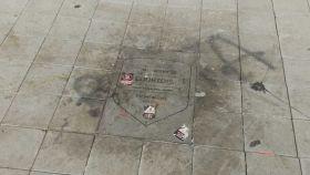 La placa de Courtois, destrozada. Foto: Daniel Mata  / EL ESPAÑOL