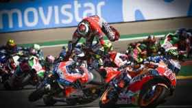 Lorenzo sale despedido de su GP18, en la primera curva de MotorLand Aragón.
