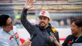 Fernando Alonso saluda a los fans durante el Gran Premio de Japón de Fórmula 1