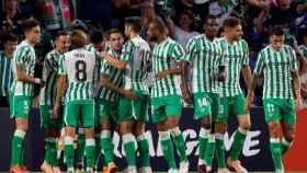 Los jugadores del Betis se abrazan tras marcarle un gol al Dudelange en Europa League