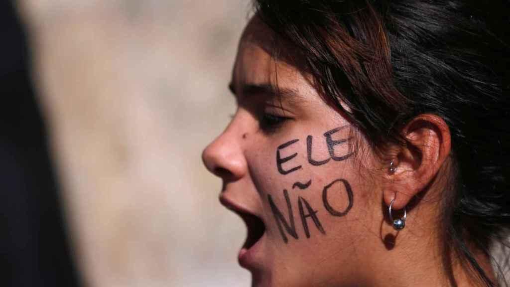 Una manifestante contra Bolsonaro.