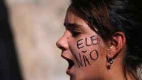 Una manifestante contra Bolsonaro