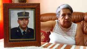 Victoria Casas exhibe orgullosa la fotografía de su hijo Víctor con uniforme de la Benemérita