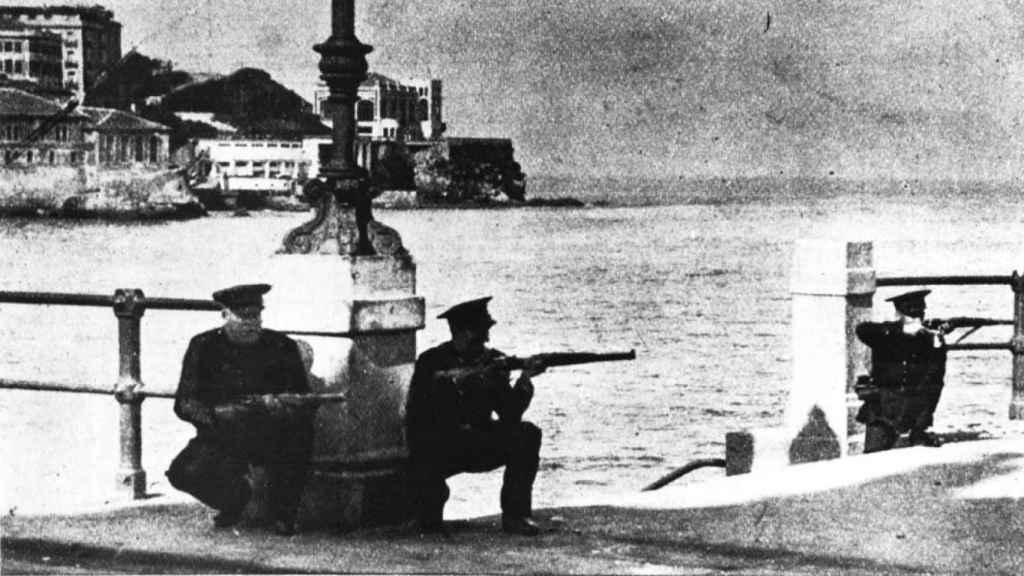 Tres militares combaten contra los obreros en la playa de Gijón en octubre de 1934.