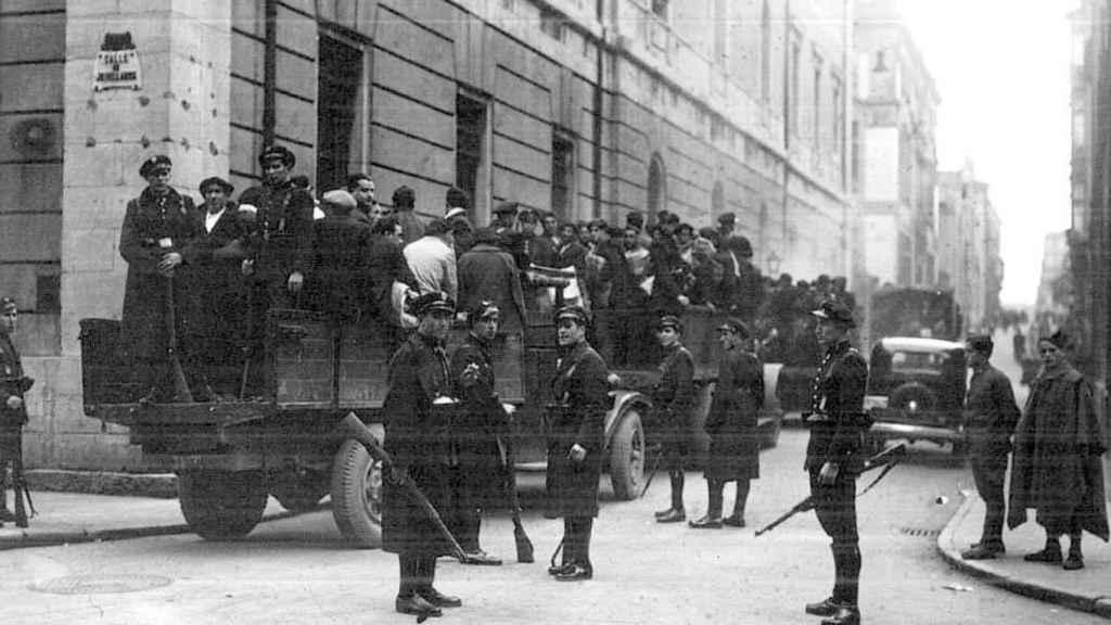 Mineros arrestados por la revolución de octubre son conducidos a prisión en una camioneta.