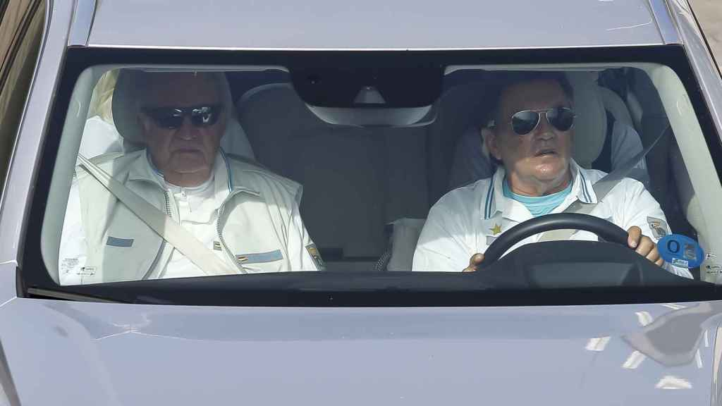 El rey emérito y Pedro Campos, en coche por Sanxenxo.