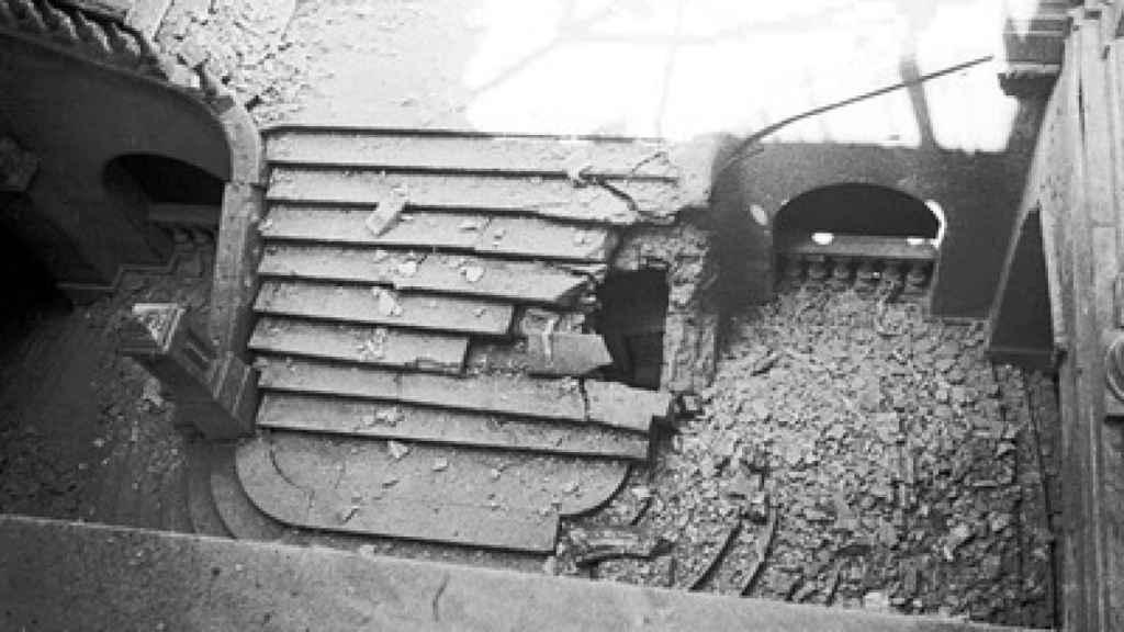 La escalera principal del Palacio de Liria tras los bombardeos de la Guerra Civil.