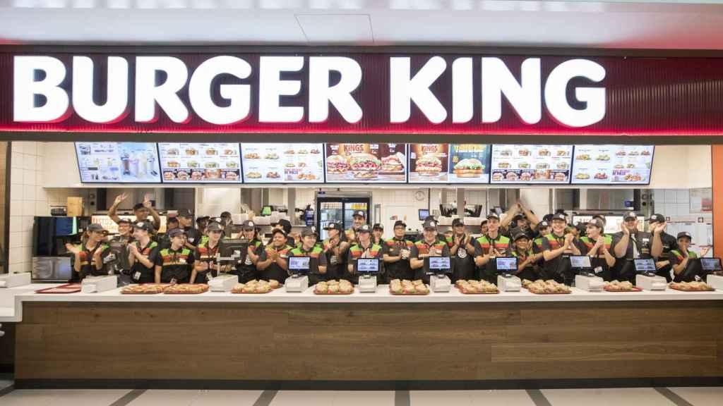 Los trabajadores del nuevo Burger King celebran la apertura.