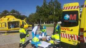 Momento del traslado del joven herido en Aranjuez.