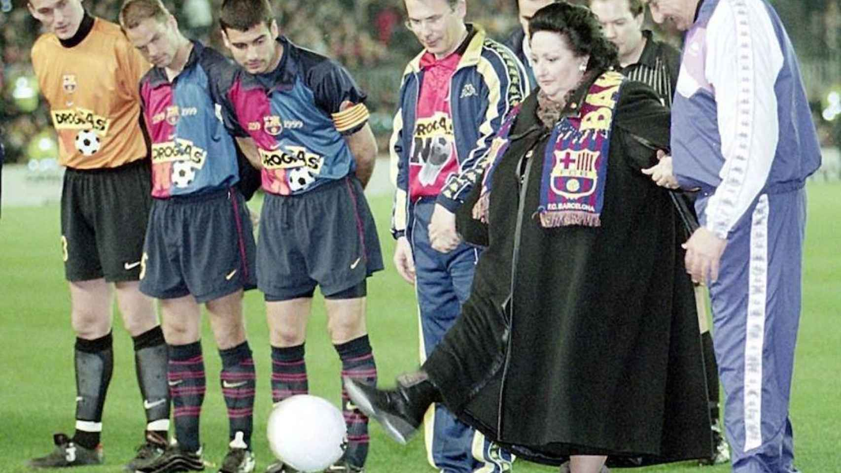Caballé dando el saque de honor junto a Guardiola en un partido del FC Barcelona.