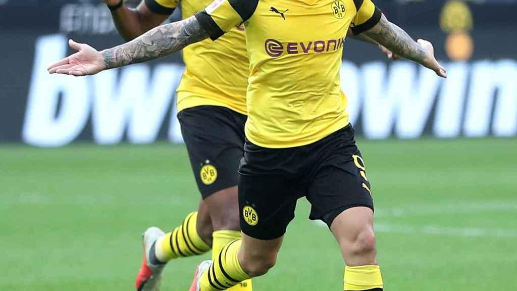 Paco Alcácer celebrando un gol