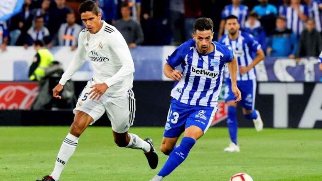 Varane lucha por el balón frente al centrocampista del Deportivo Alavés, Jony Rodríguez
