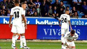 Sergio Ramos y el delantero argentino del Deportivo Alavés, Jonathan Calleri, se duelen tras una acción del encuentro