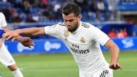 Nacho intenta centrar un balón ante un jugador del Alavés