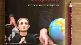 """El Rastro"" de Andrés Trapiello junto a un lápiz de dos colores de Faber-Castell (Janus 2160)"