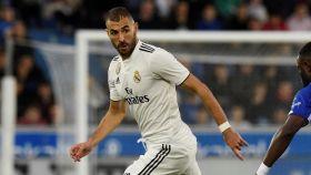 Karim Benzema controlando un balón ante el Alavés
