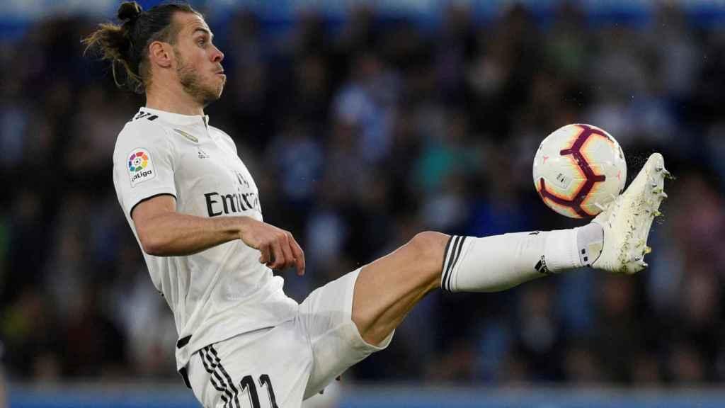 Gareth Bale controla un balón con su pie izquierdo