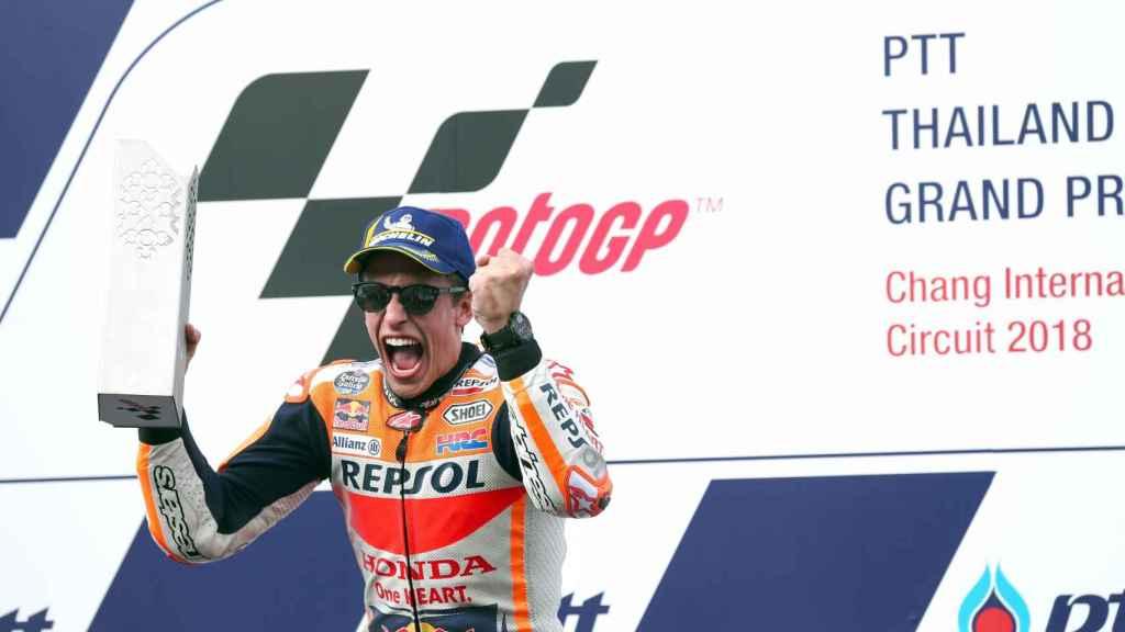 Marc Márquez celebra en el podio su victoria en el Gran Premio de Tailandia.