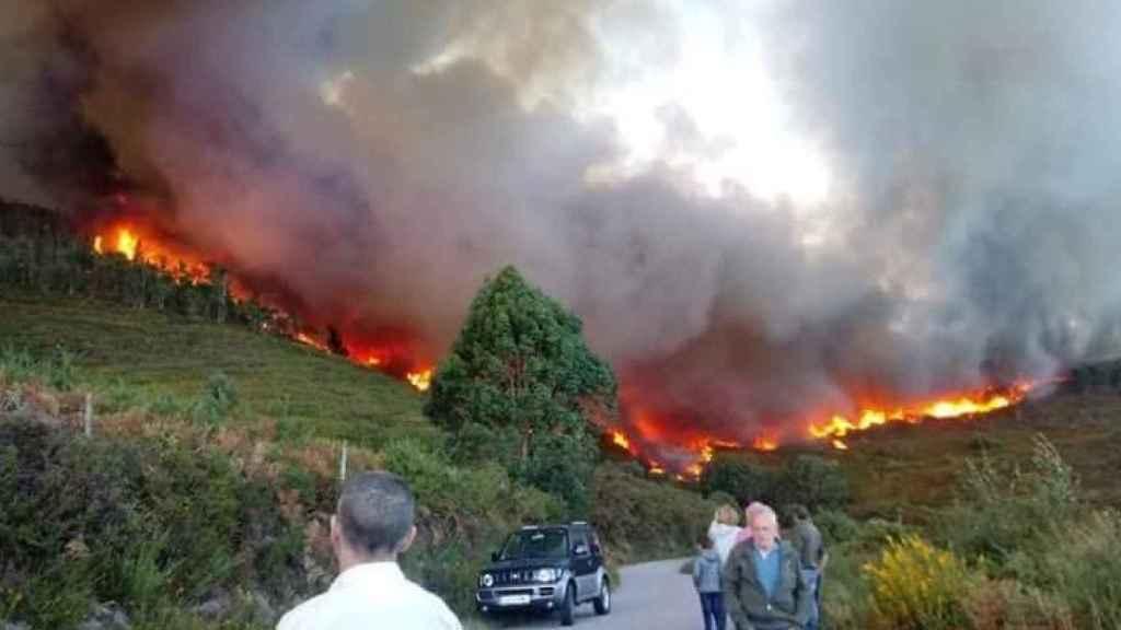 El incendio activo en Mondariz, Pontevedra.