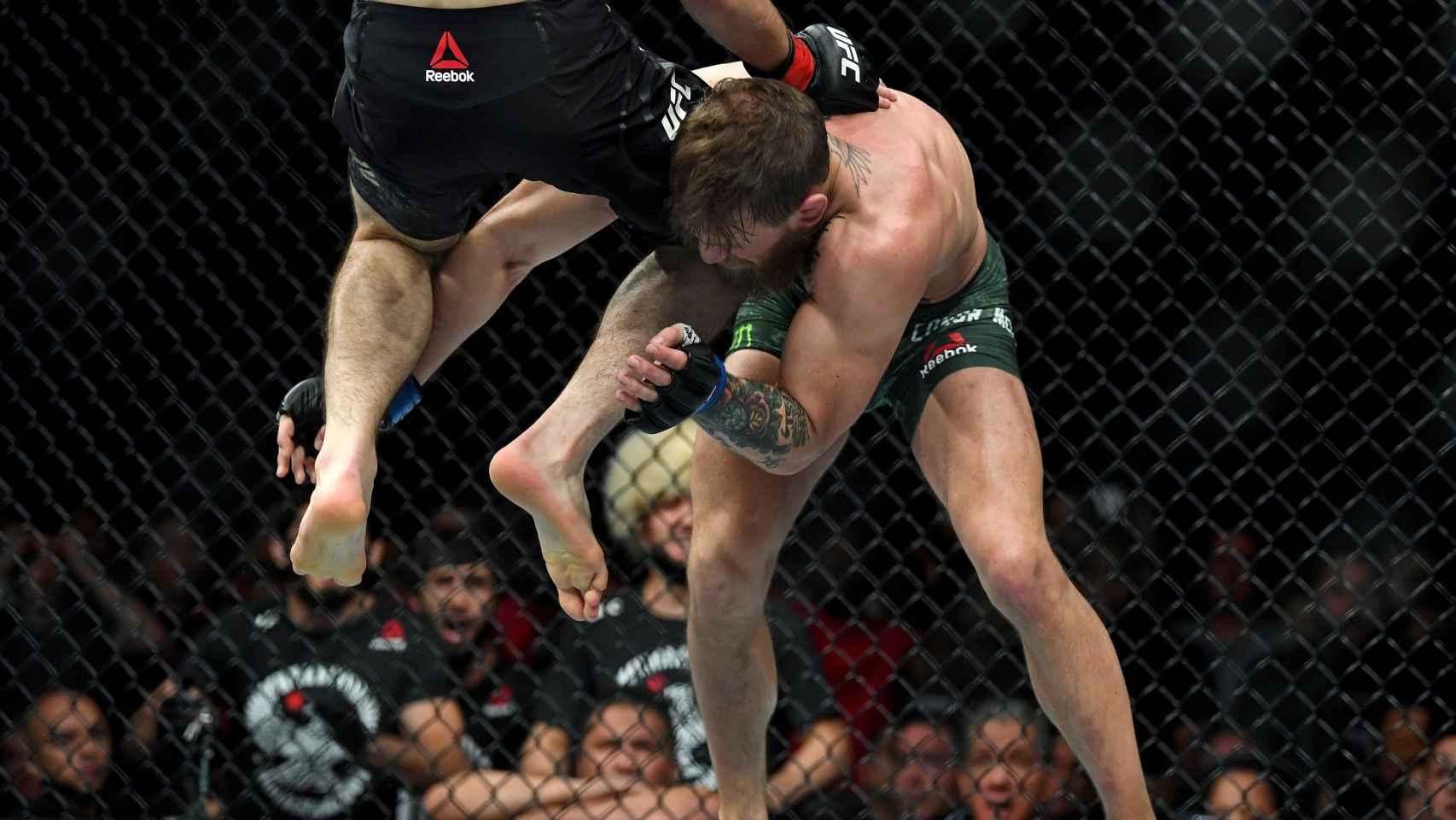 Nurmagomedov golpea a McGregor con la rodilla