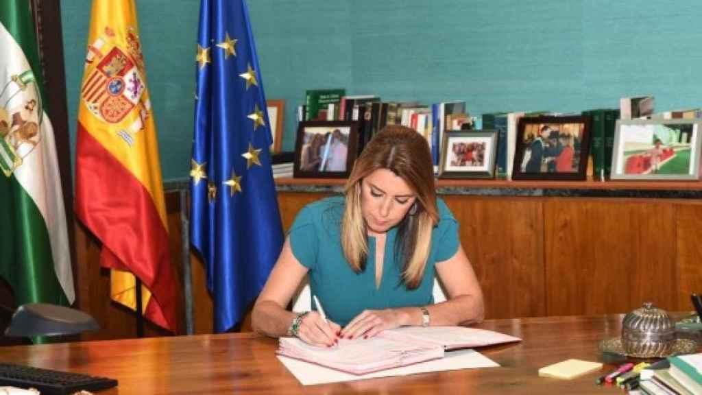 Díaz firmando el decreto de disolución del Parlamento, este lunes.