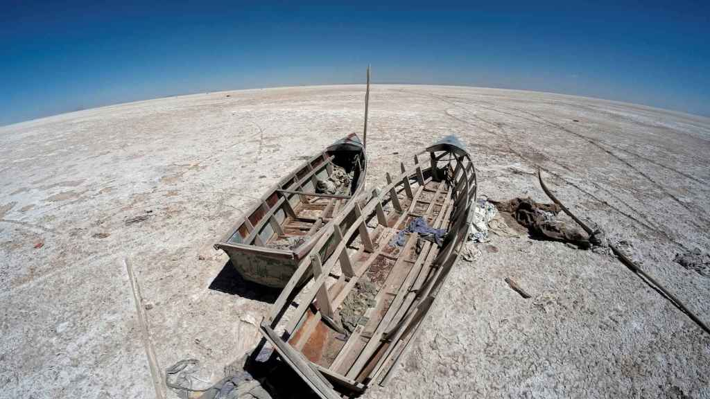 Barcos varados en el lago Limpopo de Bolivia, secado por el cambio climático.