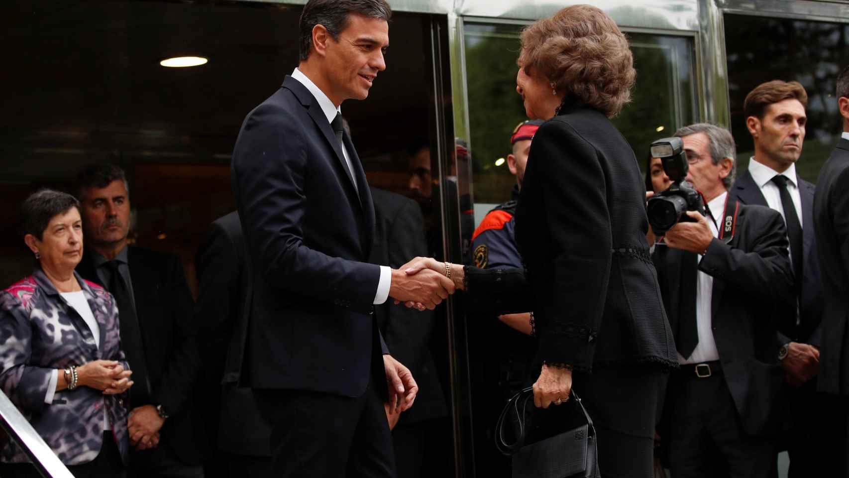 Pedro Sánchez saluda a la Reina Sofía durante el funeral Montserrat Caballé