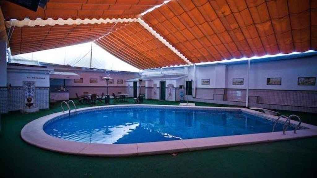 Piscina techada del prostíbulo sevillano La Casita, ubicado en el barrio de Bellavista.