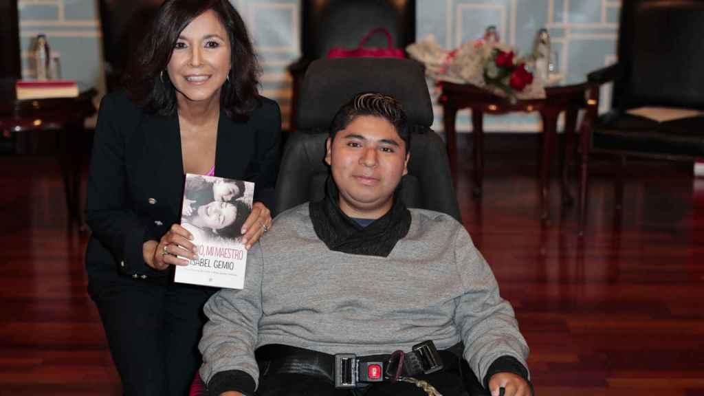 Isabel Gemio y su hijo Gustavo durante la presentación del libro.