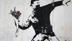 Célebre obra de Banksy. Love is in the air.