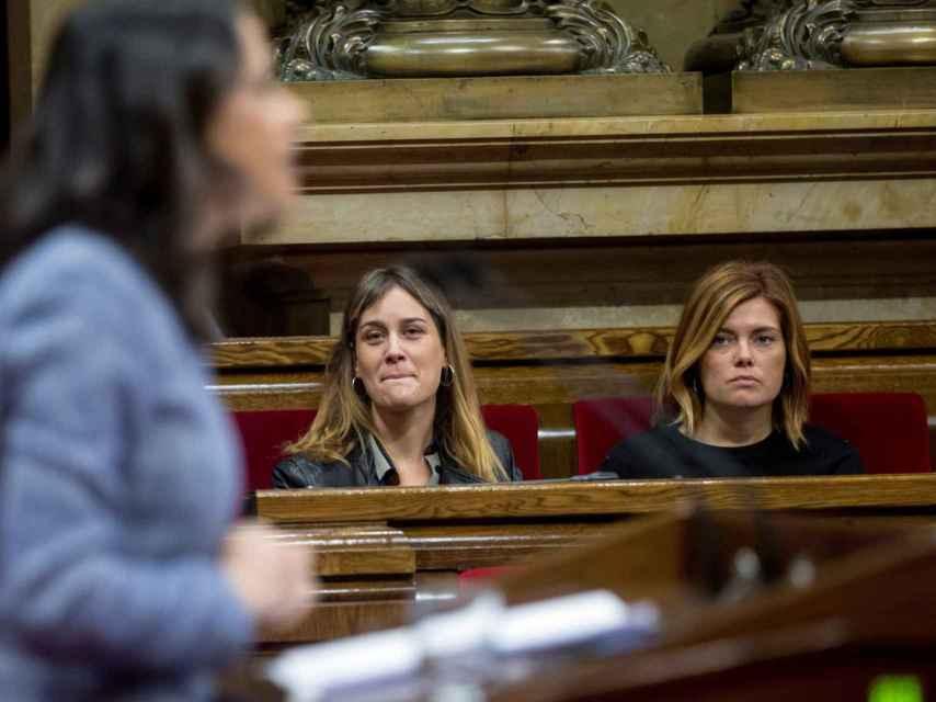 Jássica Albiach (izquierda) y Elisenda Alamany (derecha) escuchan la intervención de la líder de Ciudadanos, lnés Arrimadas.