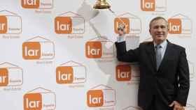El presidente de Lar España Real Estate, José Luis del Valle,en el tradicional toque de campana en la Bolsa de Madrid.