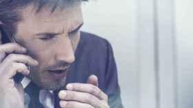 Un hombre enfadado al teléfono en una imagen de archivo.
