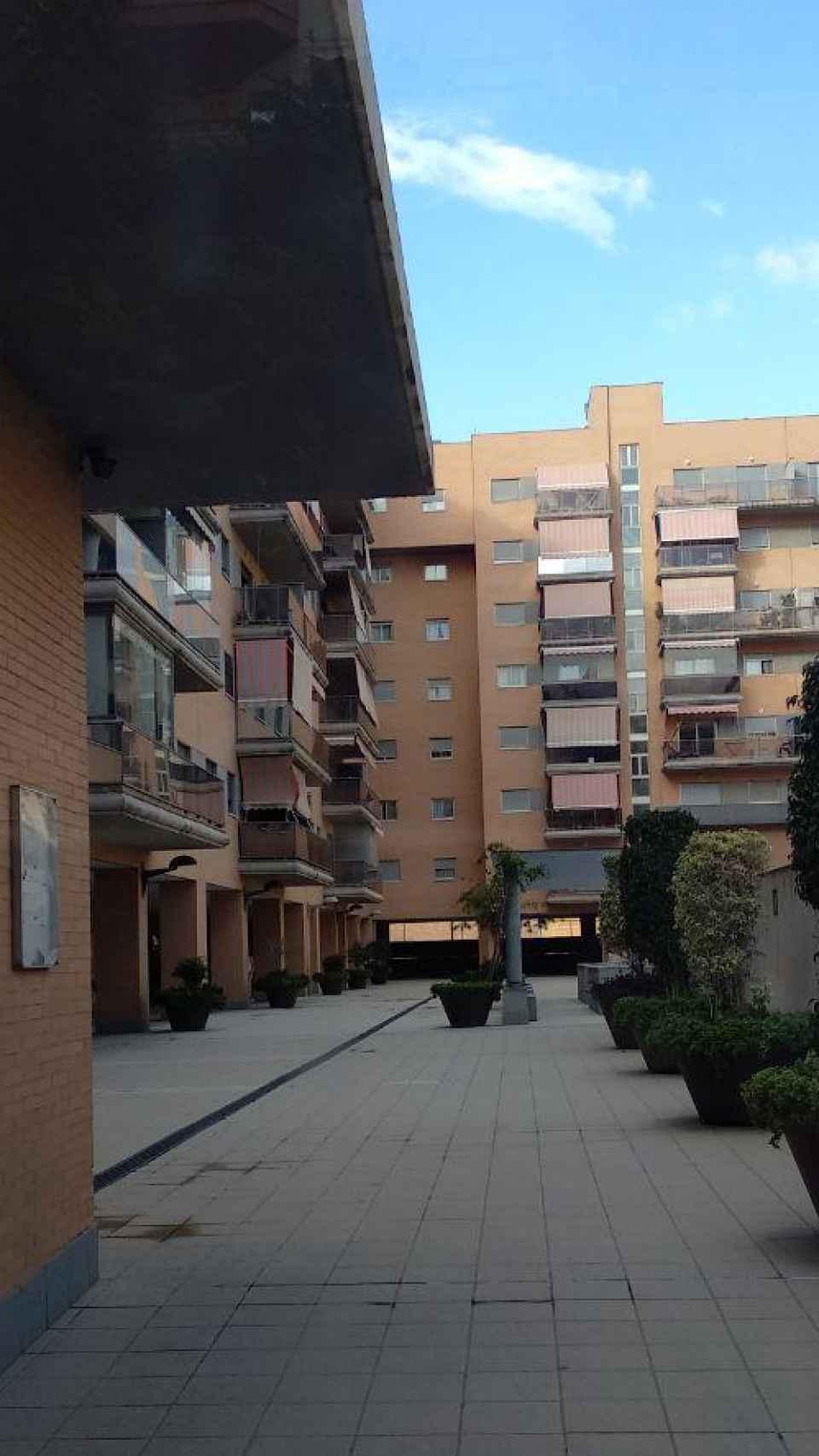 La zona interior de la urbanización da a un patio y al área de la piscina.